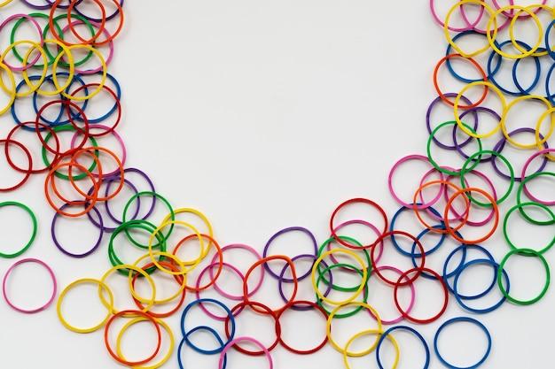 Conceito de diversidade misturar elástico colorido sobre fundo branco, com espaço de cópia