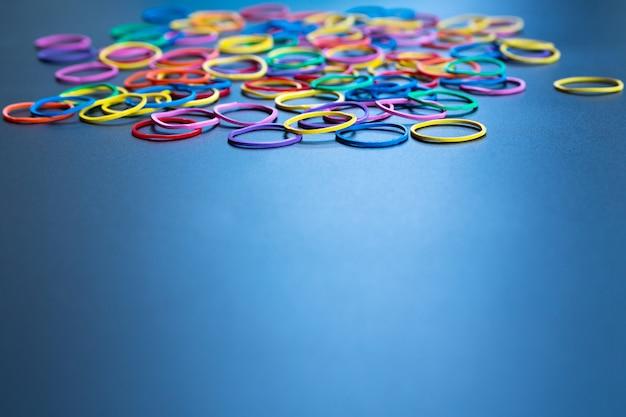 Conceito de diversidade misturar elástico colorido sobre fundo preto com espaço tcopy