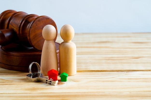 Conceito de divisão de propriedade de divórcio. família de madeira com martelo de casa e juiz