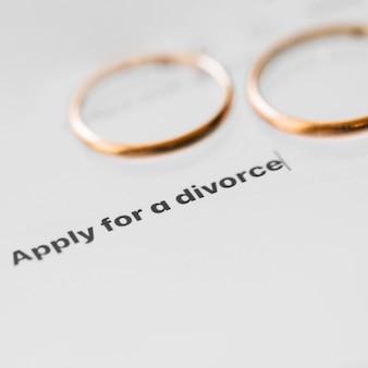 Conceito de divórcio com alianças