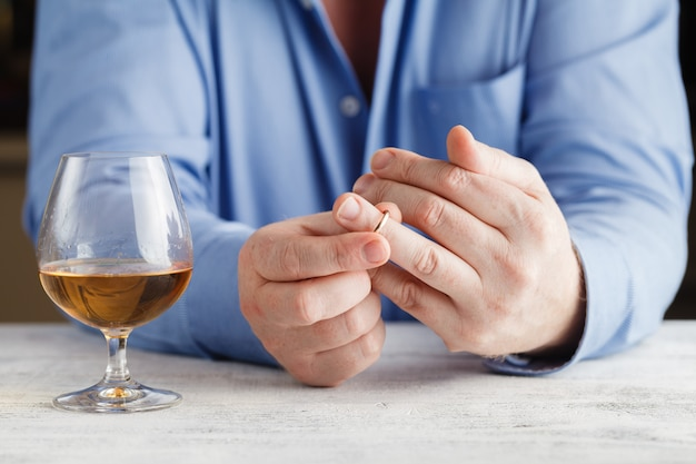Conceito de divórcio. homem tirando o anel de casamento