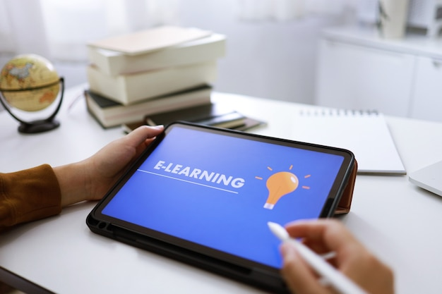 Conceito de e-learning com site no tablet. webinar sobre tecnologia da internet para educação