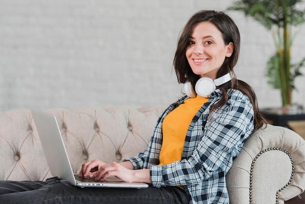 Conceito de e-learning inteligente jovem estudante