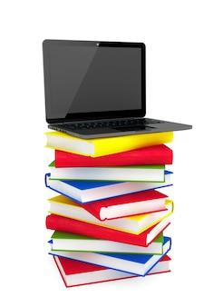 Conceito de e-learning. laptop no topo da pilha de livros coloridos em um fundo branco