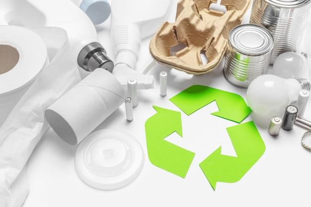 Conceito de eco com símbolo de reciclagem na vista superior do plano de fundo de tabela