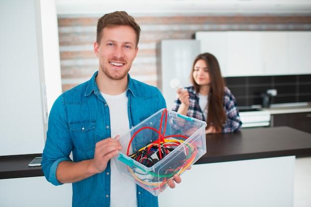 Conceito de eco. proteção ambiental. família está classificando velhos dispositivos elétricos domésticos.