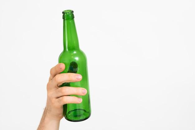 Conceito de ecologia. triagem e reciclagem de lixo. estilo de vida de desperdício zero. frasco de vidro na mão do homem