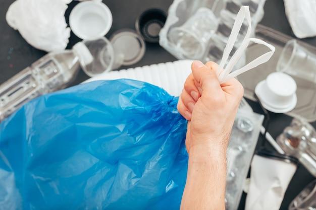 Conceito de ecologia. vida livre de plástico. poluição da terra. proteção ambiental. lixo e reciclagem. triagem de resíduos