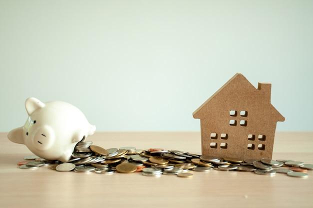 Conceito de economia de dinheiro economizando dinheiro para comprar uma casa, construir uma casa para o futuro. planeje usar as economias de todas as formas para comprar uma casa.