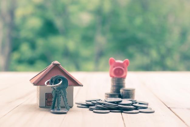 Conceito de economia de dinheiro para uma casa. conceito de finanças empresariais e dinheiro, economize dinheiro para se preparar no futuro.