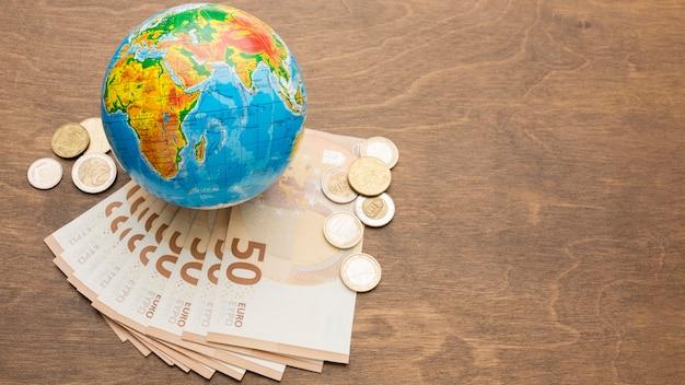 Conceito de economia global com notas de banco
