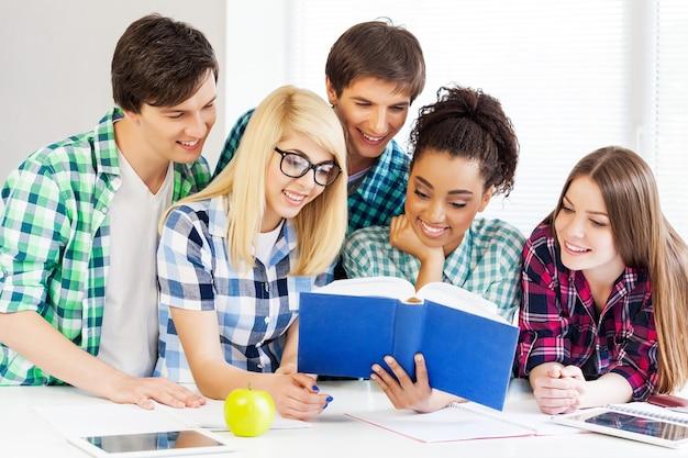 Conceito de educação - alunos lendo livro na escola