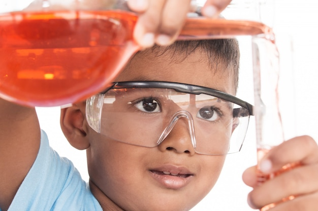 Conceito de educação científica, crianças asiáticas e experiências científicas