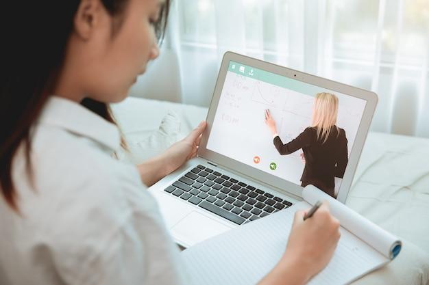 Conceito de educação em casa, estudante adolescente fica em casa usando uma sala de aula ou sistema de e-learning para autoeducação por meio de aula na nuvem da internet