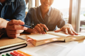 Conceito de educação. Estudante estudando e brainstorming conceito de campus. Perto de estudantes discutindo seu assunto em livros ou livros didáticos. Foco seletivo.