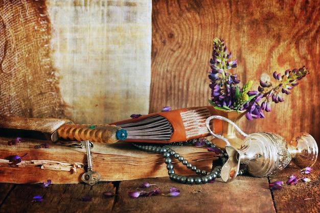 Conceito de efeito retro arranhado fé árabe com livro e flor