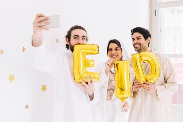 Conceito de eid al-fitr com amigos mostrando cartas