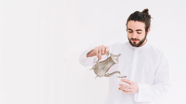 Conceito de eid al-fitr com homem fazendo chá