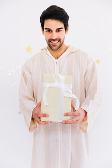 Conceito de eid al-fitr com homem muçulmano segurando caixas de presentes