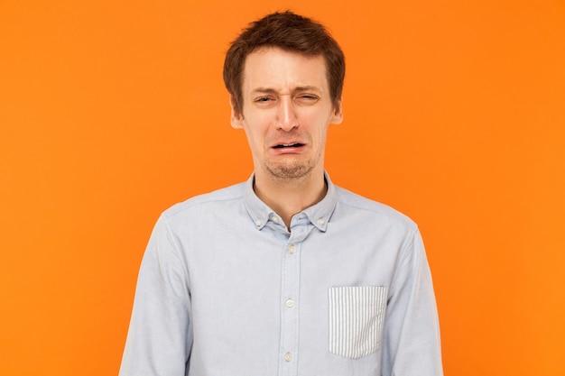 Conceito de emoções ruins de choro e tristeza estressado homem de negócios chorando
