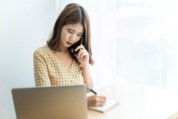 Conceito de empreendedor, uma jovem empresária conversando sobre uma consultoria de telefone inteligente sobre um tema de negócios.