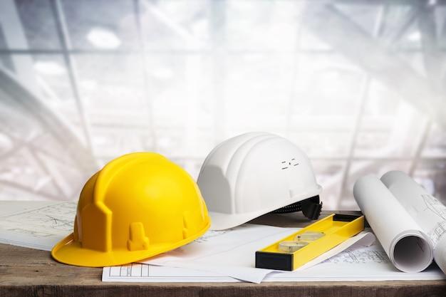 Conceito de empreiteiro de engenheiro de negócios, dois capacetes rígidos no fundo da janela