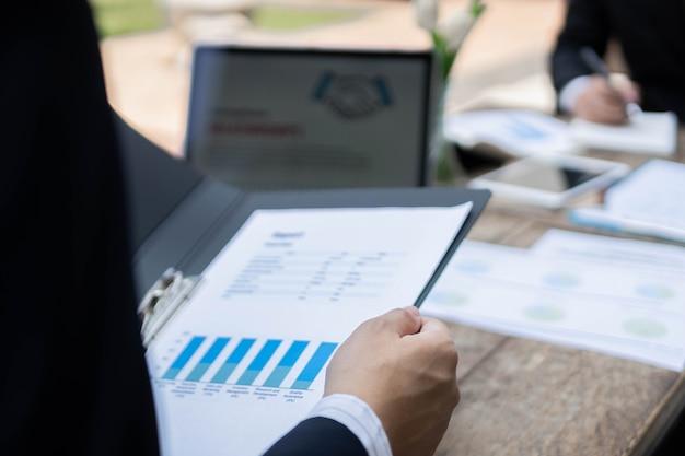 Conceito de empresário os trabalhadores de escritório masculinos trabalhando na tarefa de contabilidade com a calculadora e o laptop dentro do edifício.