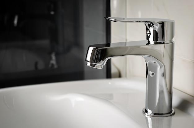 Conceito de encanamento. água da torneira, torneira na casa de banho. copie o espaço