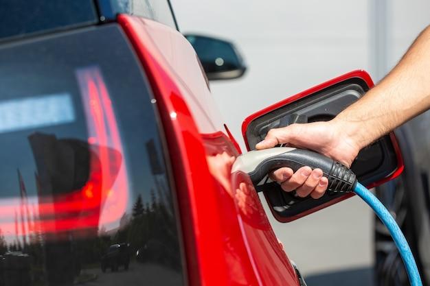 Conceito de energia alternativa ecológica, carregamento automático de carro elétrico na estação de carregamento, veículos de energia