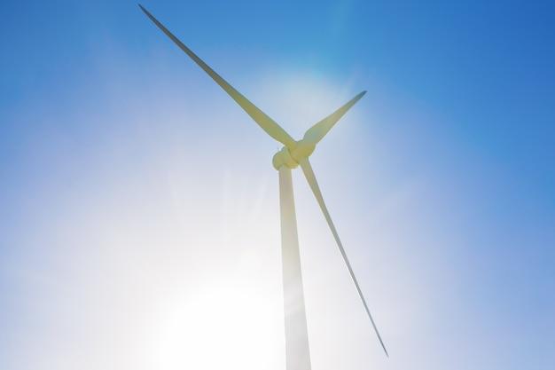 Conceito de energia potente e ecológica - moinho de vento para produção de energia elétrica.