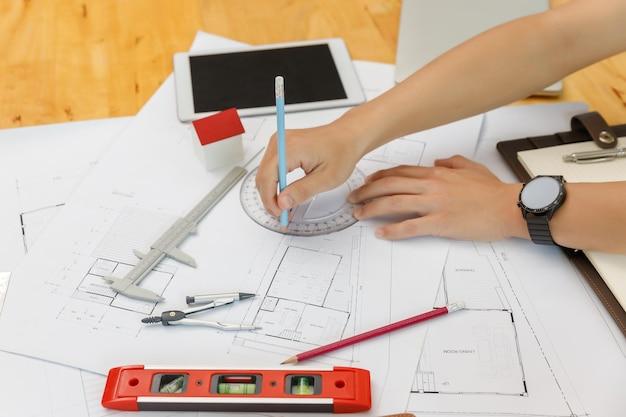 Conceito de engenheiro e arquiteto, arquitetos engenheiros e designer de interiores trabalhando com projetos