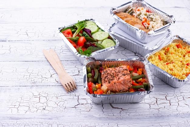 Conceito de entrega de comida. almoço em container
