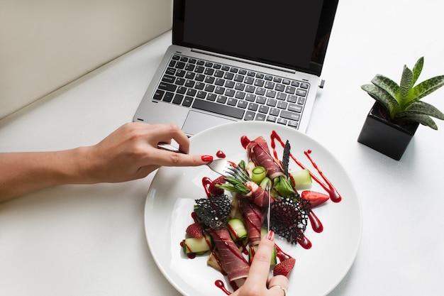 Conceito de entrega de refeição de restaurante de receita criativa de fotografia de comida. almoço de negócios.
