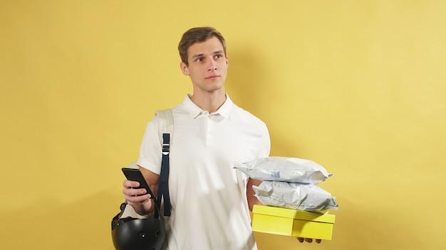 Conceito de entrega, entrega todas as compras ao seu destino. prestação de serviços de correio, parede isolada