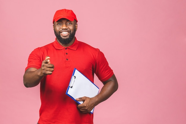 Conceito de entrega. entregador afro-americano apresentando formulário de recebimento