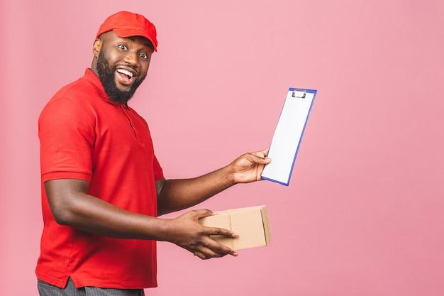 Conceito de entrega. entregador afro-americano carregando o pacote e apresentando o formulário de recebimento