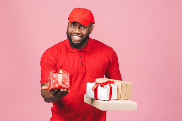 Conceito de entrega. entregador afro-americano carregando pacote e caixas de presente
