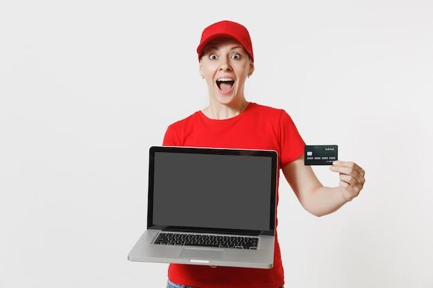 Conceito de entrega. mulher de boné vermelho, camiseta isolada no fundo branco. mulher caucasiana profissional trabalhando como correio segurando o computador pc com tela em branco vazia para copiar o espaço para propaganda.