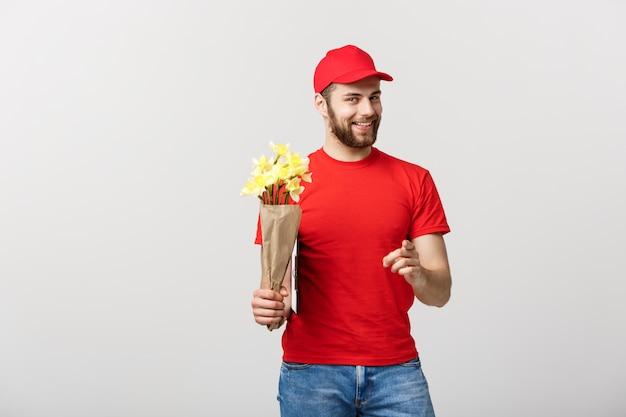 Conceito de entrega: retrato de entregador de flor feliz segurando lindo buquê de flores