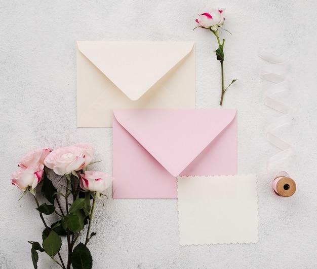 Conceito de envelopes de convite de casamento