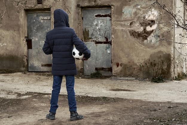 Conceito de epidemia e quarentena - um menino com uma máscara facial e