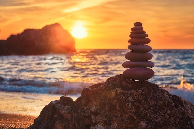 Conceito de equilíbrio e harmonia pilha de pedras na praia