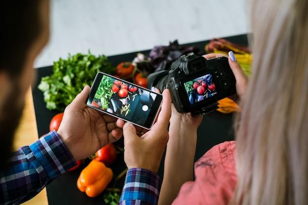 Conceito de equipe criativa de tecnologia de comércio eletrônico em fotografia de alimentos para celular