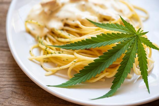 Conceito de erva de natureza alimentar de cannabis, spaghetti carbonara com folha de cannabis - folhas de maconha