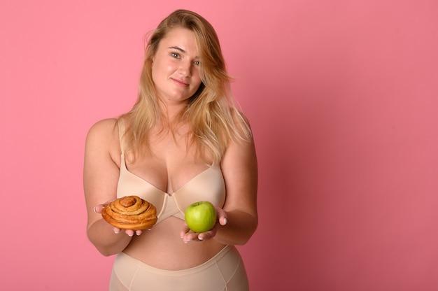 Conceito de escolha de comida saudável ou junk food para sua vida saudável.