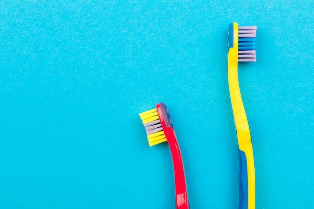 Conceito de escovação de dentes. escovas de dentes na vista superior