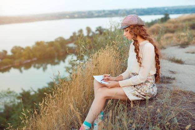 Conceito de escritor de mulher. aluno pensando e escrevendo notas.