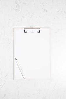 Conceito de escritório de acessórios de vista superior, prancheta e caneta na mesa de mármore