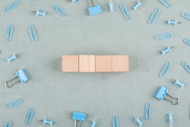 Conceito de escritório de negócios com blocos de madeira, clipes de papel, vista lateral de clipes de pasta.