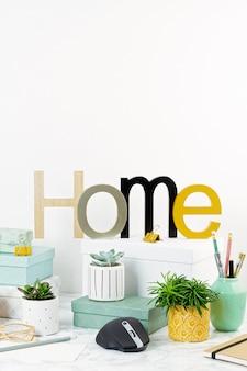 Conceito de escritório em casa com flores em vasos e material de escritório, teclado e mouse de computador